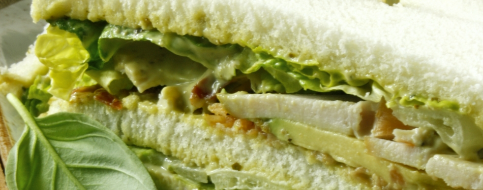 Sandwich kalkoen met pestomayonaise en bacon<